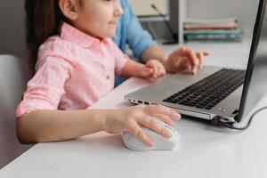 fille et parent utilisant un ordinateur photo