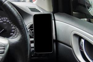 téléphone vide sur tableau de bord de voiture photo