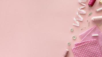 Vue de dessus des essentiels de couture avec ruban à mesurer. résolution et belle photo de haute qualité