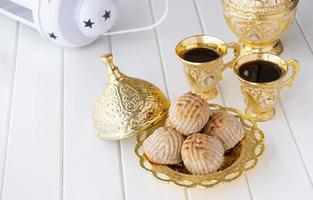 pâtisserie traditionnelle arabe maamoul ou biscuit aux dattes ou noix de cajou ou noix ou amande ou pistaches. bonbons de l'Est. fermer. fond en bois blanc. photo