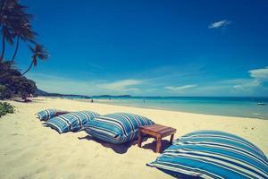 belle plage tropicale et mer avec chaise sur ciel bleu photo