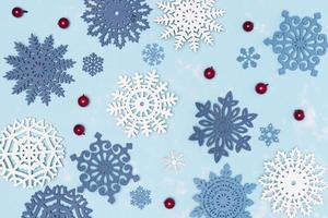 flocons de neige de noël sur fond bleu photo