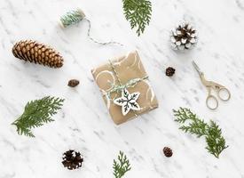 cadeaux d'emballage de Noël avec des pommes de pin photo
