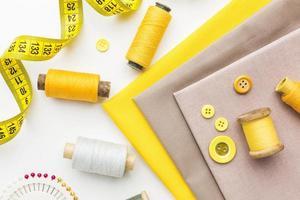 tissu, aiguilles et fil pour la couture photo