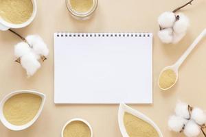 concept de santé et de bien-être, sable neutre dans des bols avec du coton