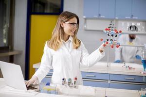chimiste, tenue, modèle moléculaire, dans, les, laboratoire photo
