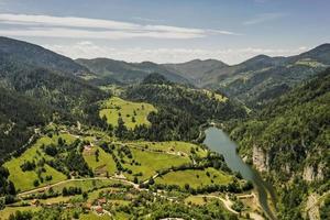 Vue sur le lac de Zaovine depuis la montagne tara en Serbie photo