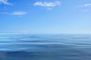 paysage marin avec un ciel bleu nuageux au coucher du soleil photo