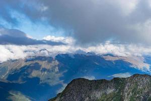 Paysage de montagne avec ciel bleu nuageux à Sotchi, Russie photo