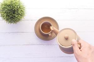 personne versant du thé photo