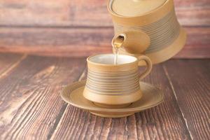 thé étant versé photo