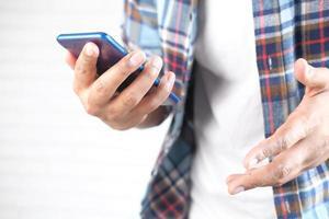 personne utilisant un smartphone bleu photo