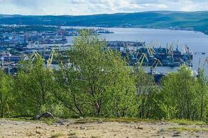 Paysage avec des arbres et une vue sur la baie de Kola à Mourmansk, Russie photo
