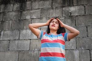 femme contre un mur sale photo