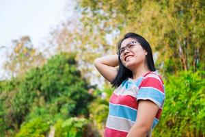 femme souriante à l'extérieur