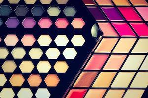 belle ombre à paupières et brillant à lèvres cosmétique photo