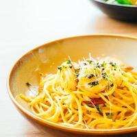 spaghetti et pâtes aux crevettes et sauce photo