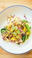 poulet grillé avec salade de légumes photo