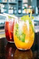 verres à cocktail sur la table photo