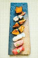 Rouleau de sushi nigiri cru et frais photo