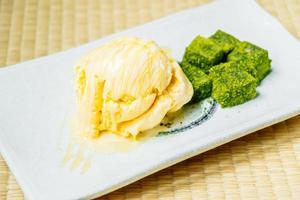 glace vanille et mochi au thé vert matcha photo