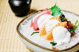 sashimi crus et frais sertis de viande de saumon et de thon photo