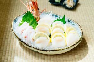 sashimi crus et frais sertis d'huîtres chaudes et de crevettes ou de crevettes photo