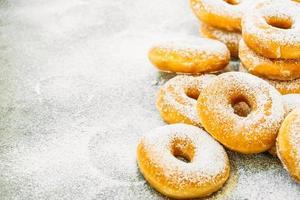 dessert sucré avec de nombreux beignets photo