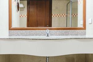 robinet et lavabo dans la salle de bain photo