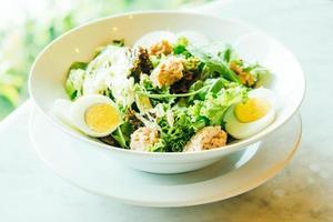 Salade de thon frais dans un bol blanc photo