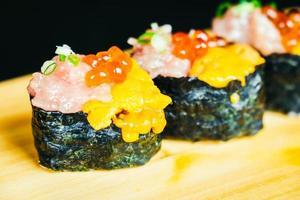 sushi uni avec thon otoro et œuf de saumon sur le dessus photo