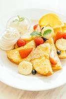 crêpes et pain grillé avec fruits mélangés photo