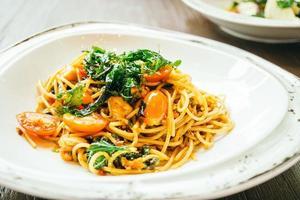spaghetti épicé et pâtes au saumon photo