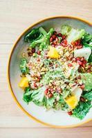 Poulet grillé aux légumes et grenade, salade de fruits en assiette - traitement du filtre de couleur