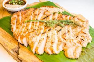 viande de porc grillée au cou avec sauce épicée photo