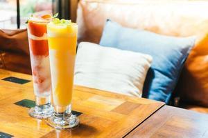verres à smoothie à la mangue photo