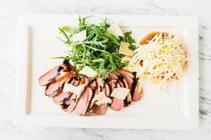 salade de poitrine et viande de canard grillée photo