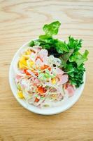 thon cru et frais avec salade de légumes photo