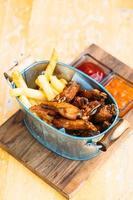 aile de poulet frit avec frites photo