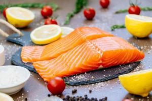 Filet de saumon cru et frais sur ardoise noire photo