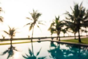 Piscine extérieure flou abstrait avec des cocotiers photo