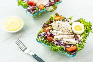 poitrine de poulet grillée et salade de viande photo
