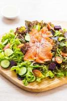 poisson cru à la viande de saumon fumé avec salade de légumes verts frais photo