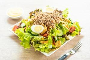 viande de thon et œufs avec salade de légumes frais photo