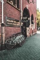 Amsterdam, Pays-Bas 2015- vélo stand à côté d'un bâtiment en brique