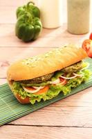 Sous-sandwich végétarien avec légumes, poivron, tomate, laitue et sauce