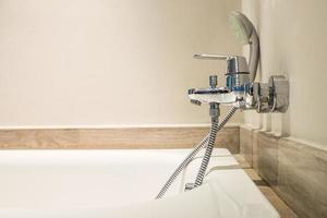 robinet d'eau d'une baignoire photo