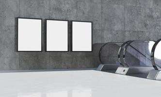 Trois maquettes de panneaux d'affichage verticaux à côté d'escaliers roulants dans un métro photo