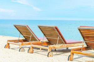 bains de soleil sur une plage tropicale photo