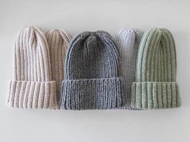 vue de dessus bonnets tricotés photo